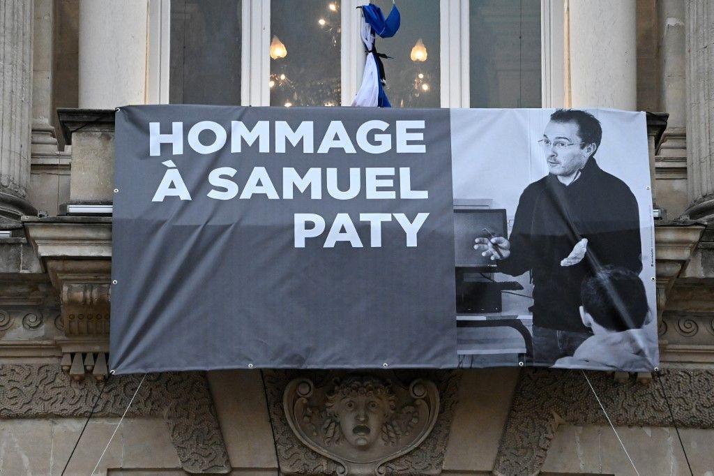 Le portrait de Samuel Paty est exposé sur la façade de l'Opéra Comédie de Montpellier le 21 octobre 2020, lors d'un hommage national au professeur décapité.