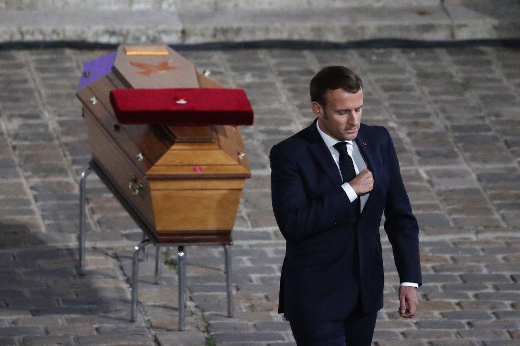 """Hommage à Samuel Paty : Emmanuel Macron dénonce les lâches qui ont livré le professeur aux barbares mais oublie de cibler le """"pas-de-vagues"""""""