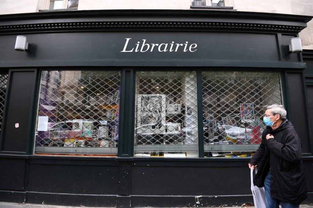 """Une femme devant l'entrée du cinéma """"Le Cinématographe"""", le 14 mars 2021 à Nantes."""