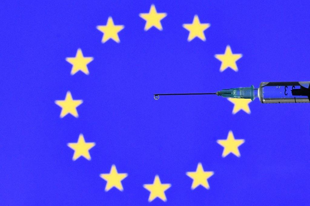 Une photo d'illustration montre une seringue pour une vaccination contre la Covid-19 avec un drapeau de l'Union européenne.