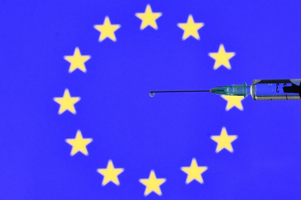 Une dose du vaccin contre la Covid-19 et le drapeau européen.