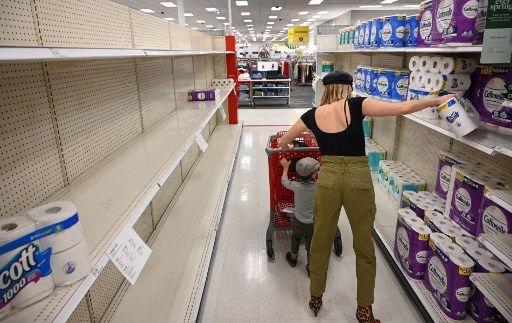 Une consommatrice dans un rayon de papier toilette, aux Etats-Unis en novembre 2020.