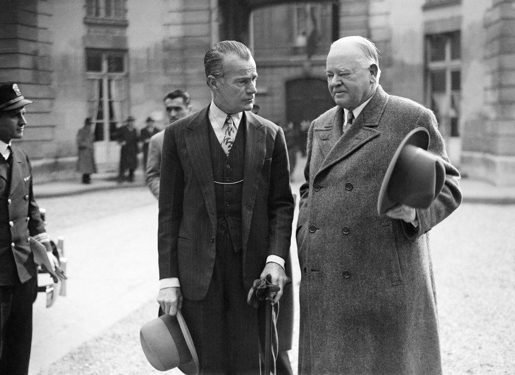 L'ancien président américain Herbert Hoover et l'ambassadeur américain en France Jefferson Caffery arrivent, en mars 1946, à l'Elysée.