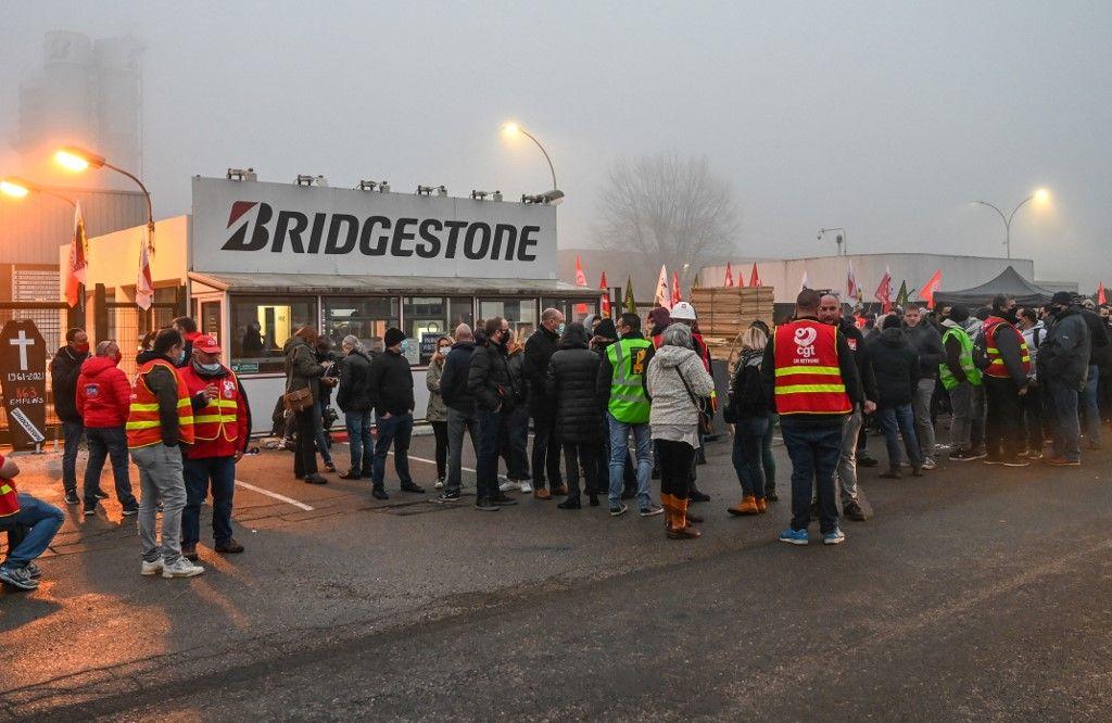 Les salariés de Bridgestone se rassemblent devant l'usine de Béthune, le 27 novembre 2020, lors d'une manifestation pour protester contre la fermeture annoncée de l'usine qui emploie plus de 860 personnes.