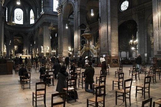 Des fidèles prient dans l'église Saint-Sulpice, en novembre 2020.