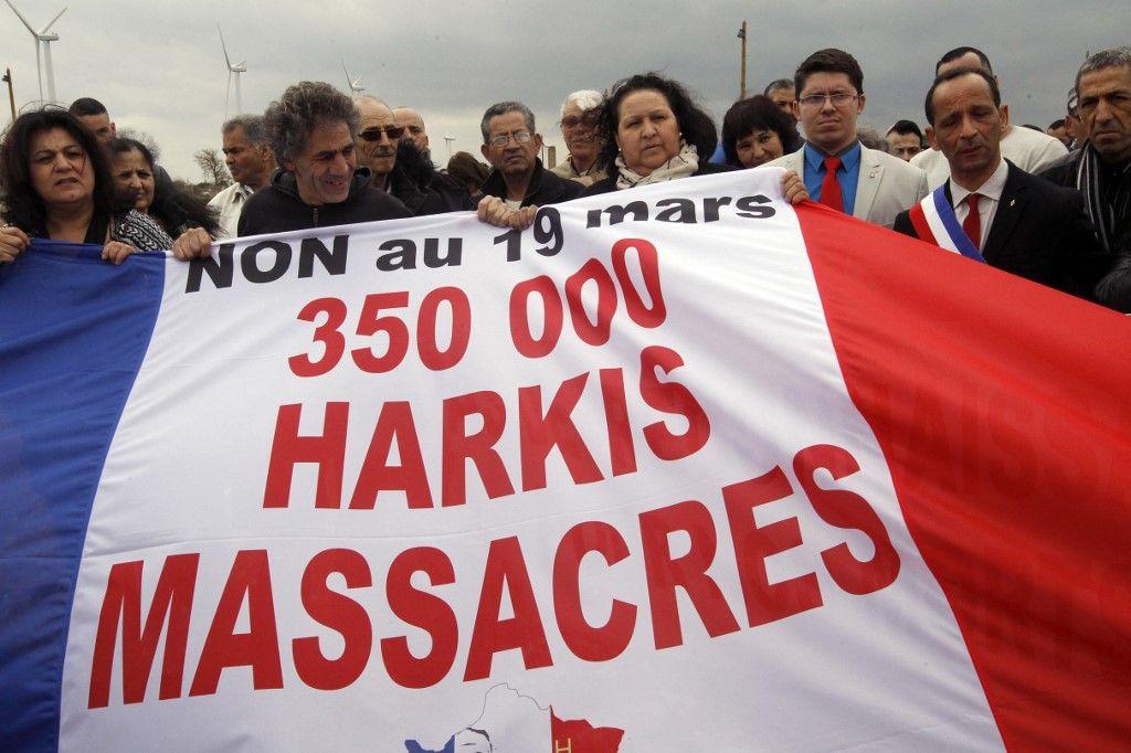 Des manifestants protestent contre la commémoration du cessez-le-feu en Algérie par le gouvernement français, en 2016.