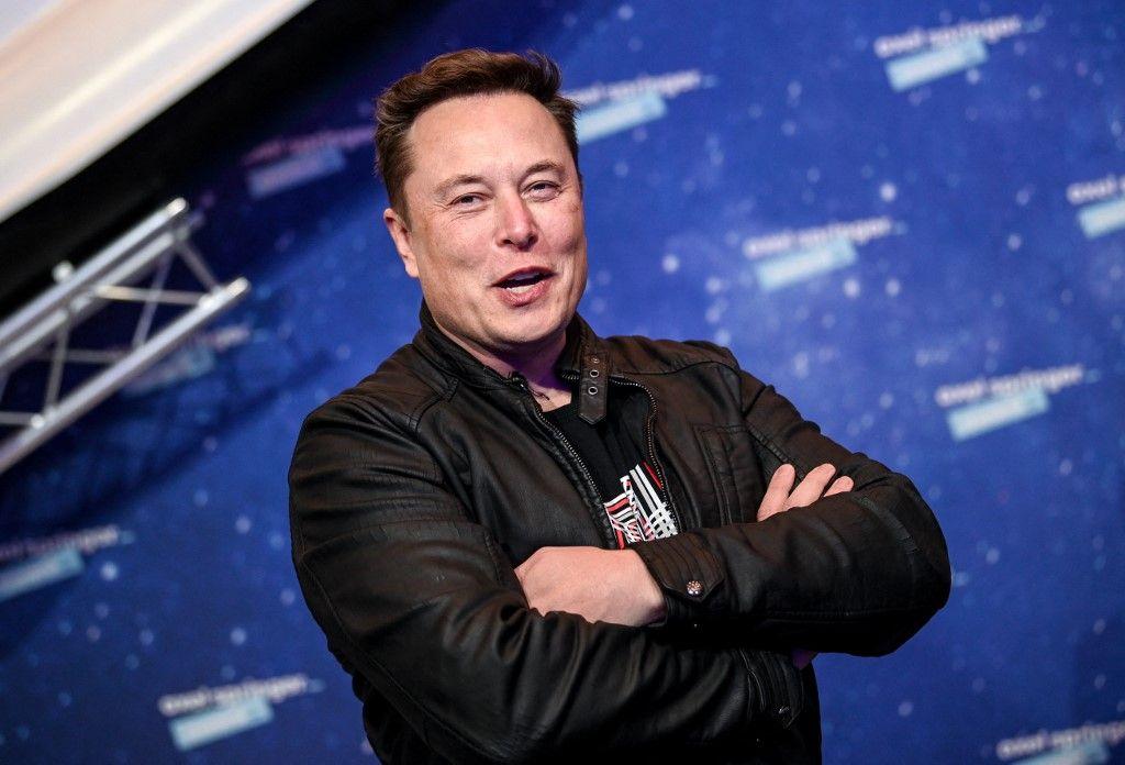Elon Musk, propriétaire de SpaceX et PDG de Tesla, pose alors qu'il arrive sur le tapis rouge pour la cérémonie des Axel Springer Awards, à Berlin, le 1er décembre 2020