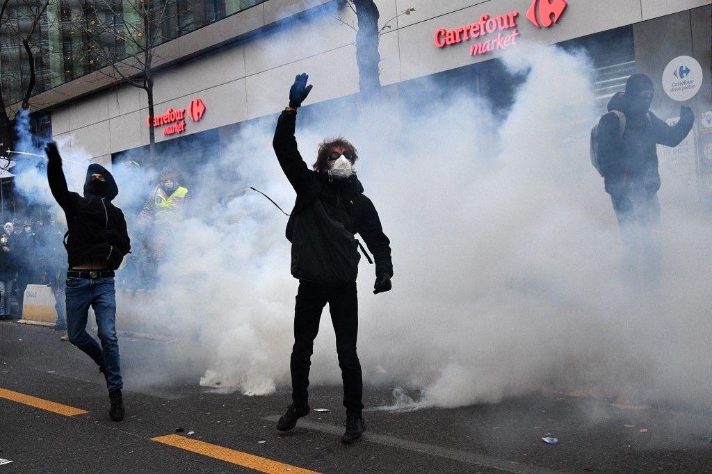 black blocs manifestation paris entreprises comemrces