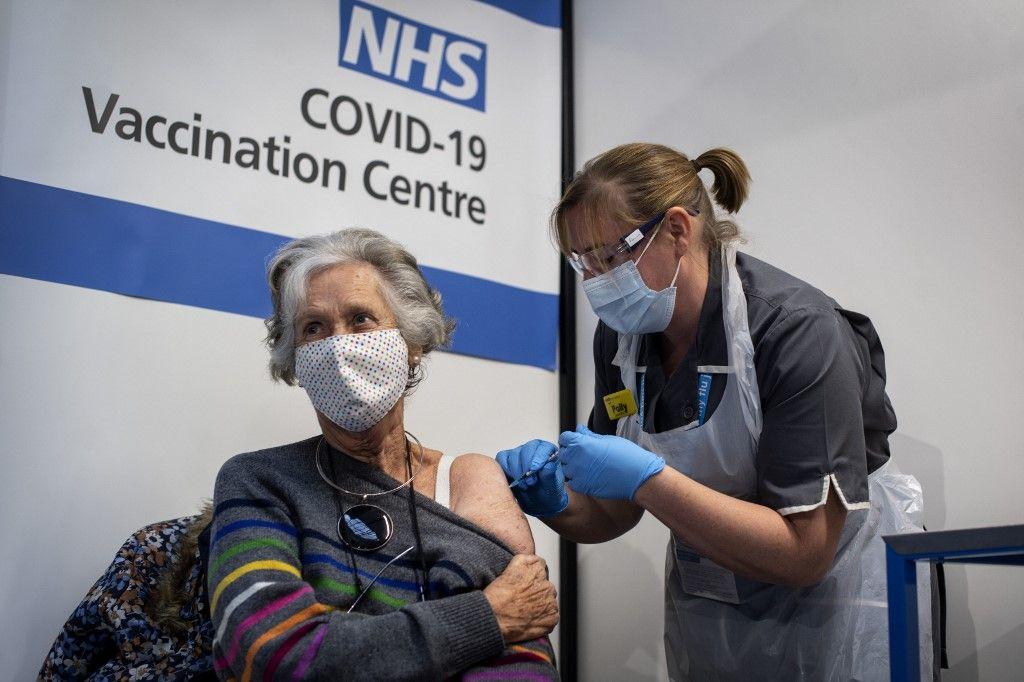 Une femme se fait vacciner contre la Covid-19 au Royaume-Uni.