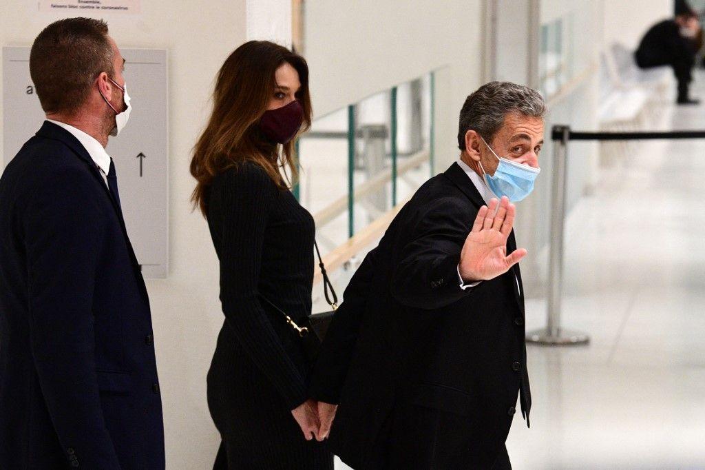 L'ancien président Nicolas Sarkozy et son épouse Carla Bruni-Sarkozy avant une audience dans son procès pour corruption le 9 décembre 2020 au palais de justice de Paris.