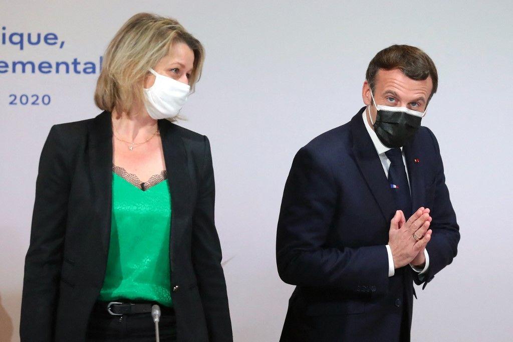 Le président Emmanuel Macron et la ministre française de la Transition écologique, Barbara Pompili, alors qu'ils assistent à une réunion avec des membres de la Convention citoyenne pour le climat, à Paris, le 14 décembre 2020.