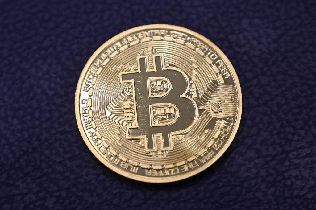 Cette photographie prise le 17 décembre 2020 montre une imitation physique d'un Bitcoin dans un magasin de crypto-monnaie à Istanbul.