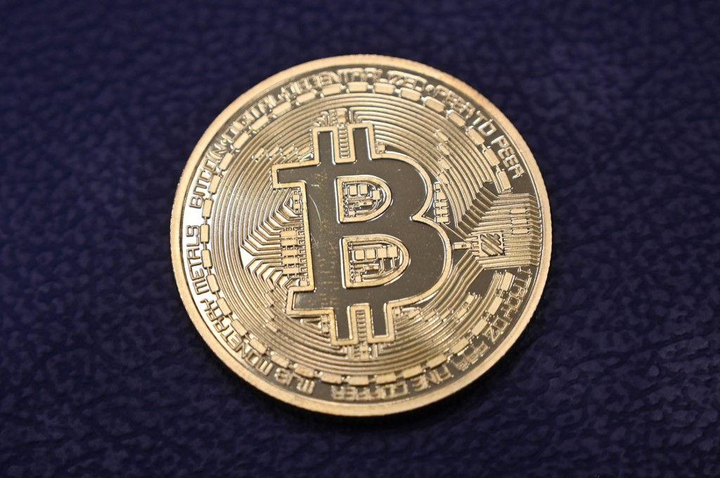 Une copie physique d'un Bitcoin dans un magasin de crypto-monnaie « Bitcoin Change », près du Grand Bazar, à Istanbul.