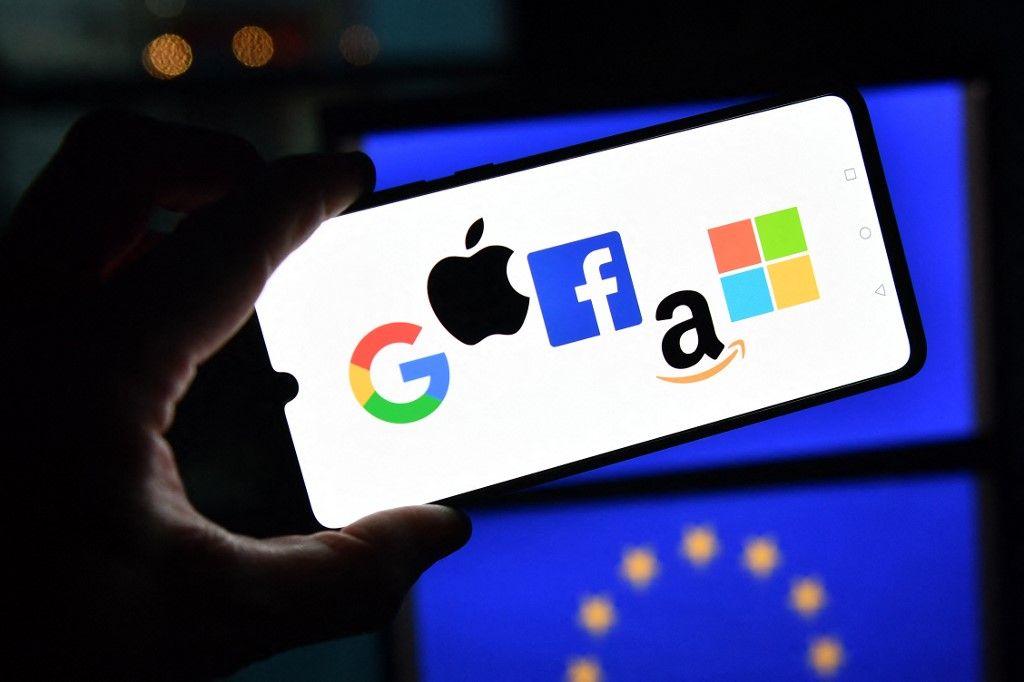 Les logos de Google, Apple, Facebook, Amazon et Microsoft sont affichés sur un téléphone portable.