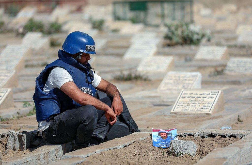 Un journaliste se recueille sur la tombe du reporter de télévision Adib al-Janani qui a été tué lors d'une attaque contre l'aéroport d'Aden, le 2 janvier 2021.