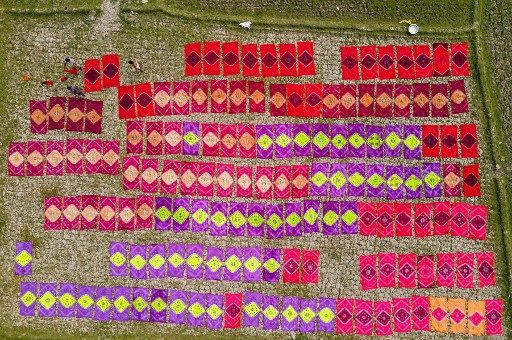 Le secteur textile (ici, des employés sèchent des tapis nouvellement teints) est en grande partie responsabilité de la vitalité économique du Bangladesh.