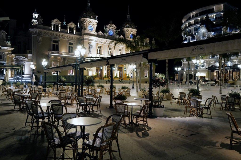 Une photographie du Café de Paris fermé pendant un couvre-feu à Monaco, en janvier 2021, lors de la pandémie de Covid-19