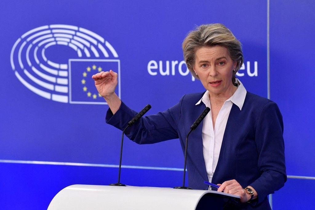 La présidente de la Commission européenne Ursula von der Leyen donne une conférence de presse lors d'une session plénière au Parlement européen à Bruxelles le 20 janvier 2021.