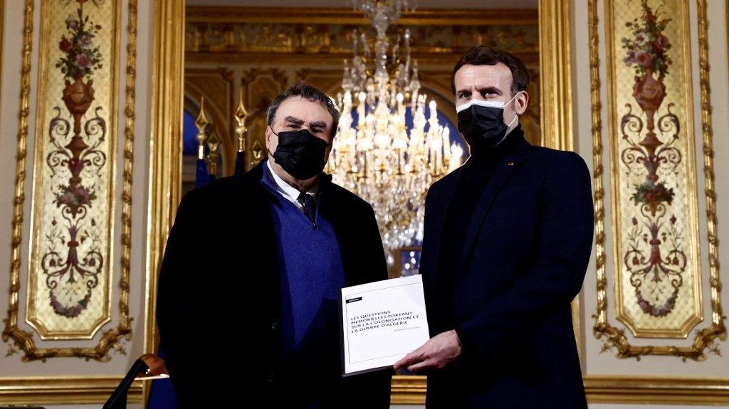 Le président français Emmanuel Macron avec l'historien Benjamin Stora pour la remise d'un rapport sur la colonisation et la guerre d'Algérie en janvier 2021.