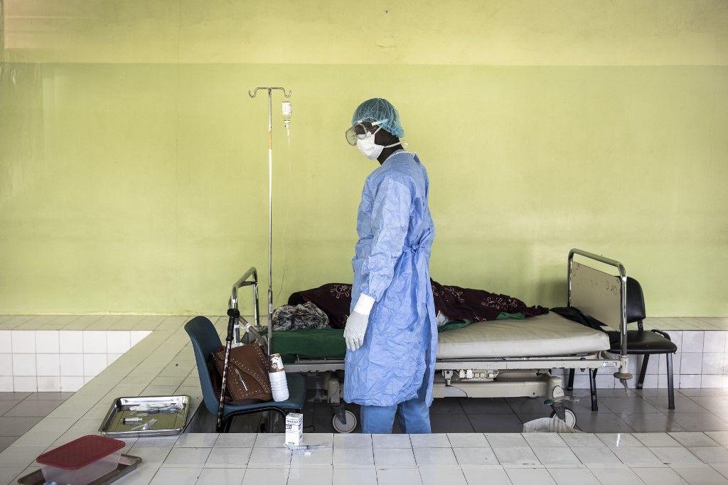 Un membre du personnel soignant s'occupe d'un patient dans un service dédié au Covid-19 à l'hôpital Pikine de Dakar en avril 2020.