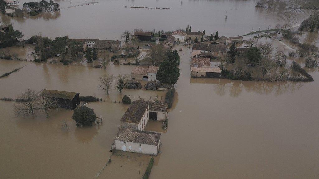 Une vue aérienne prise le 4 février 2021 montre le village de Bassanne, dans le sud-ouest de la France, inondé après que la Garonne a débordé les digues.