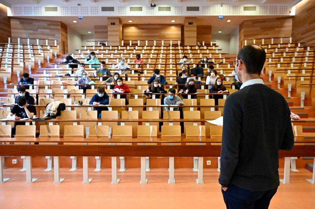 Des étudiants participent à un cours à l'université.