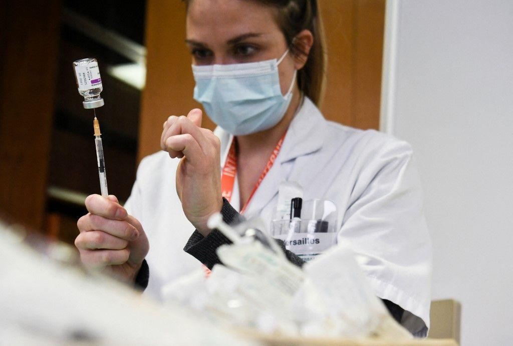 Une membre du personnel soignant s'apprête à vacciner une personne contre la Covd-19.