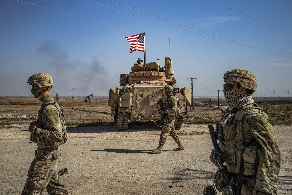 Des soldats américains patrouillent dans les champs pétrolifères de Suwaydiyah dans la province syrienne de Hasakah, dans le nord-est de la Syrie, le 13 février 2021.