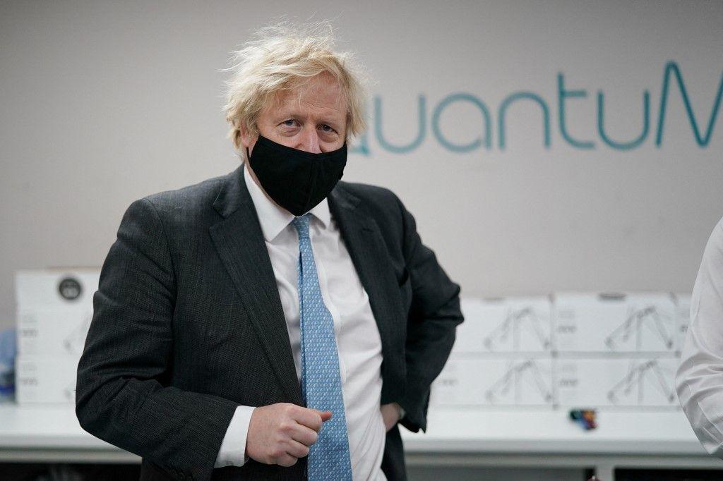 Le Premier ministre britannique Boris Johnson lors d'une visite de la société QuantuMDx Biotechnology.