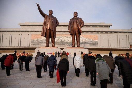 Des nords-Coréens s'inclinent devant les statues de Kim Il-Sung et Kim Jong-Il, à Pyongyang.