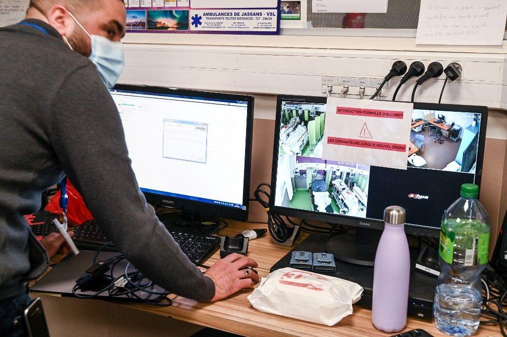 Des ordinateurs touchés par une cyberattaque dans un hôpital.