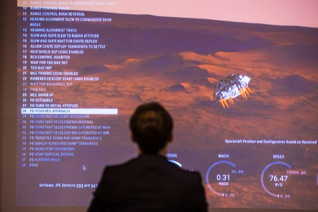 Le président Emmanuel Macron suit sur un écran géant l'arrivée de Perseverance sur Mars.