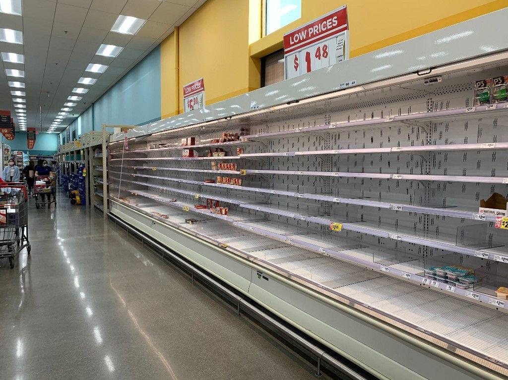 Des rayons de supermarchés vides, du fait de la panique liée à l'épidémie de Covid-19.