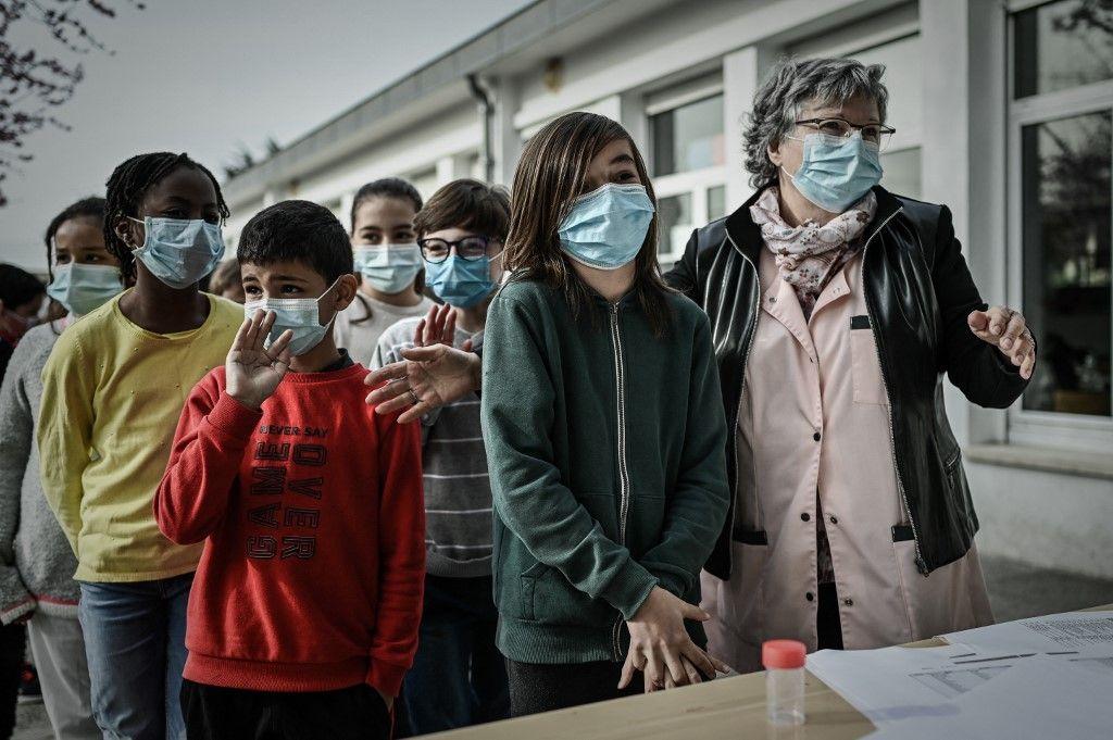 Des écoliers patientent avant un test salivaire pour la Covid-19 dans une école primaire à la périphérie de Bordeaux.