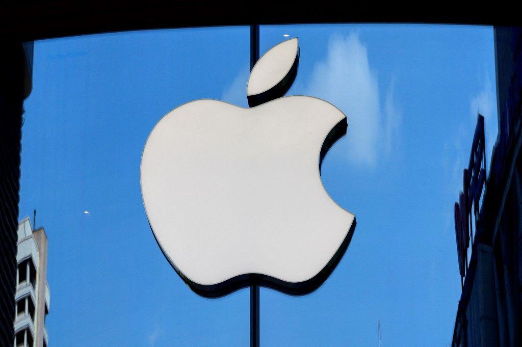Le logo Apple est visible sur une vitrine du magasin de la société à Bangkok le 5 mars 2021.