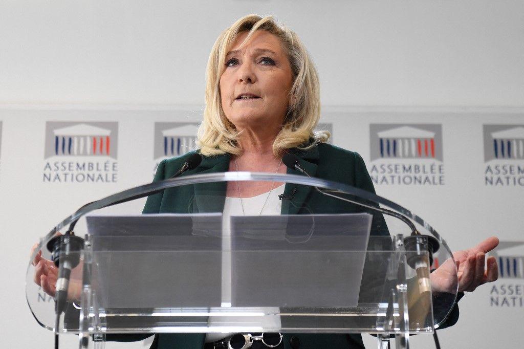 La présidente du Rassemblement National, Marine Le Pen, donne une conférence de presse pour présenter une contre-proposition de référendum sur l'écologie, avant une session de l'Assemblée nationale le 9 mars 2021.