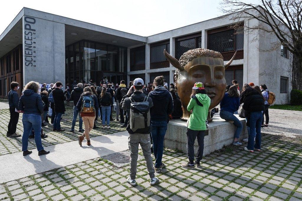 Des étudiants manifestent contre l'islamophobie devant le campus de l'Institut d'études politiques à Saint-Martin-d'Hères, près de Grenoble, en mars 2021.