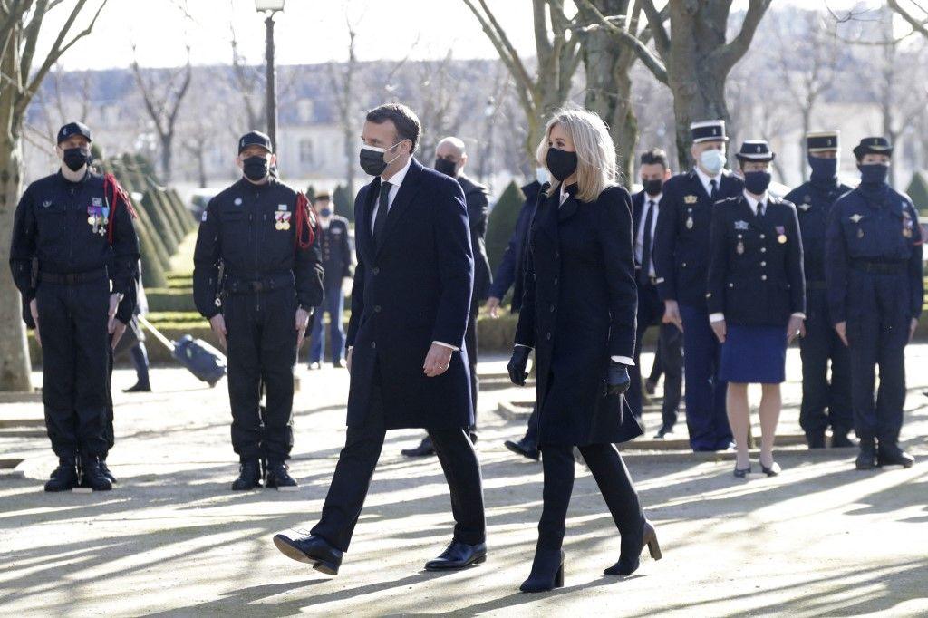 Le président Emmanuel Macron et son épouse Brigitte Macron arrivent à une cérémonie d'hommage aux victimes du terrorisme au monument des Invalides à Paris le 11 mars 2021.