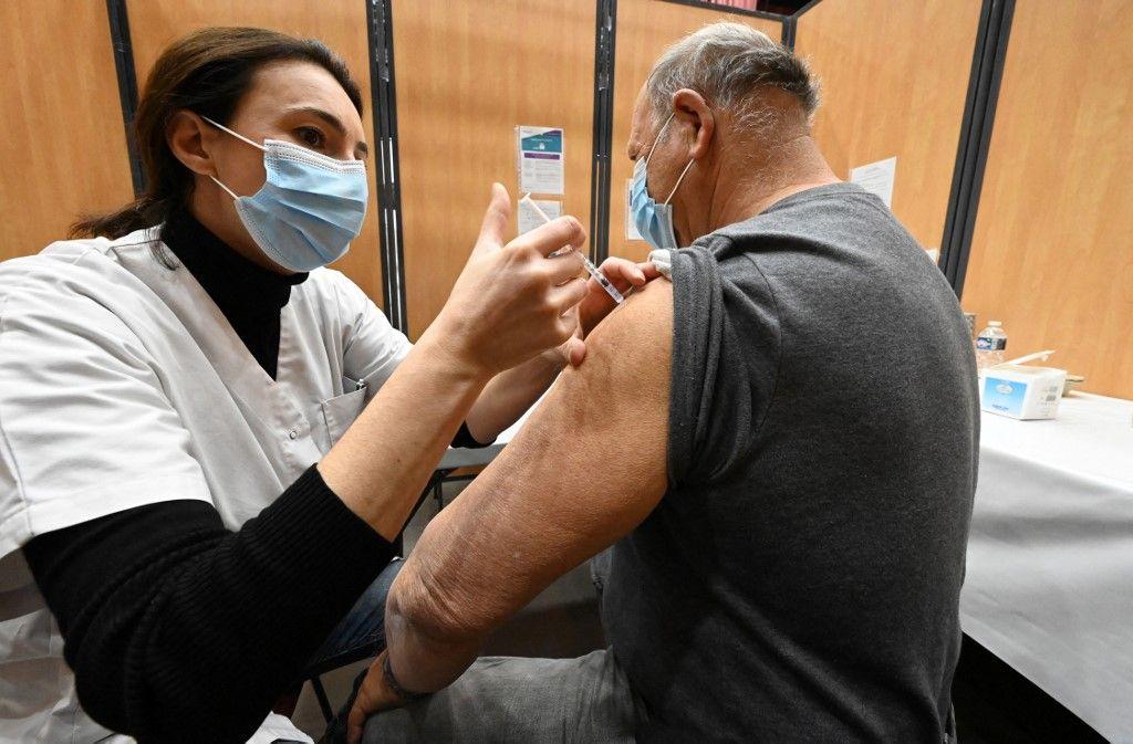 Une infirmière administre une injection du vaccin Pfizer-BioNTech contre la Covid-19 à un patient dans un centre de vaccination à Béziers, le 17 mars 2021.