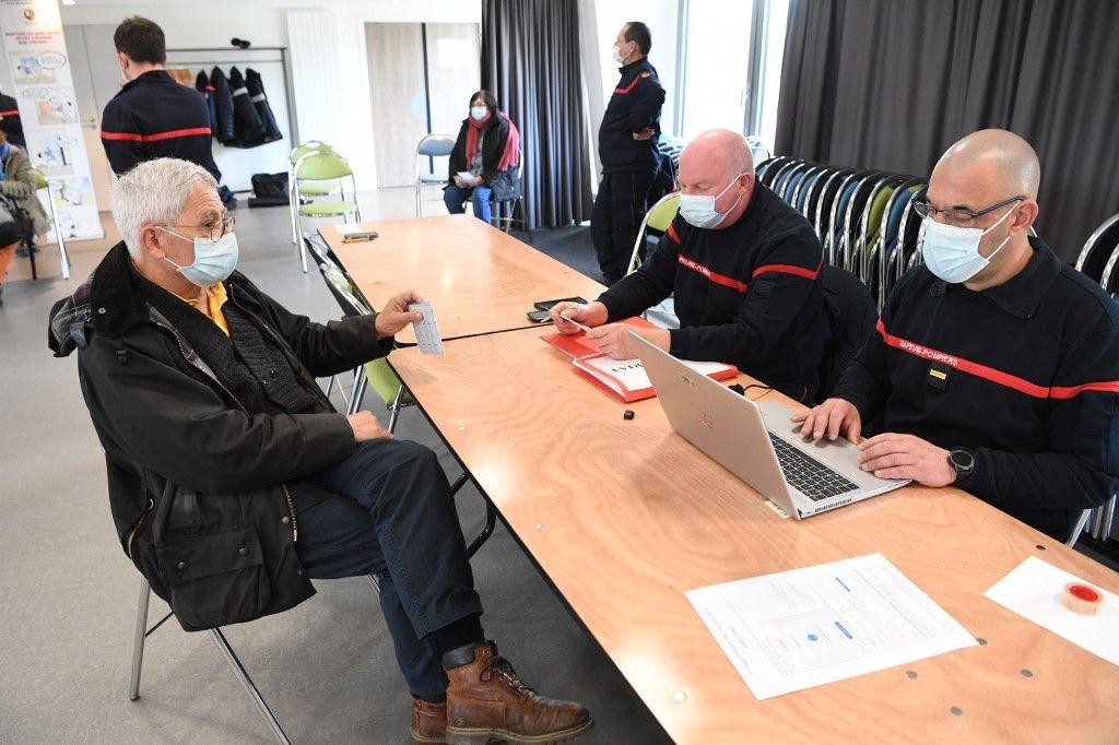 Les pompiers du service départemental d'incendie et de secours (SDIS) accueillent des patients lors d'une campagne de vaccination contre la Covid-19, sur l'île d'Ouessant, dans l'ouest de la France, le 19 mars 2021.