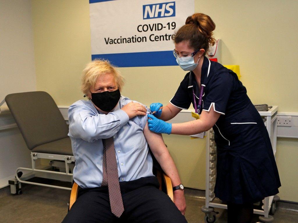 Le Premier ministre britannique Boris Johnson reçoit sa première dose du vaccin AstraZeneca au centre de vaccination de l'hôpital St Thomas de Londres, le 19 mars 2021.