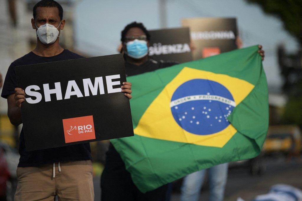 Des manifestants du groupe d'activistes des droits de l'homme de Rio de Paz lors d'une manifestation devant un hôpital de Rio de Janeiro, au Brésil, le 24 mars 2021.
