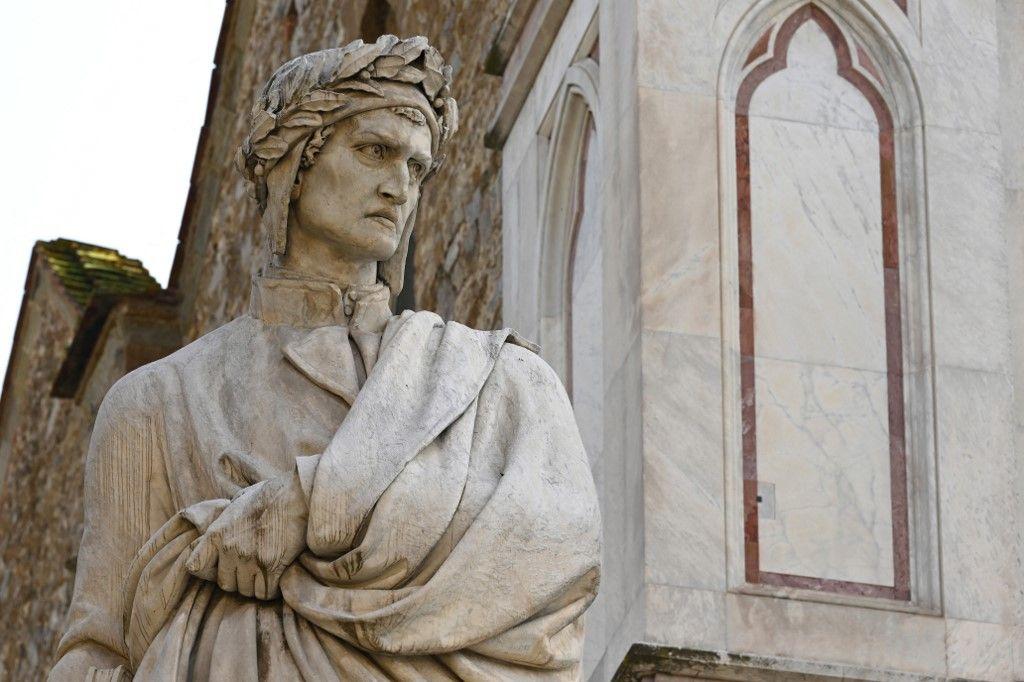 Une statue de Dante Alighieri à Florence (Italie).