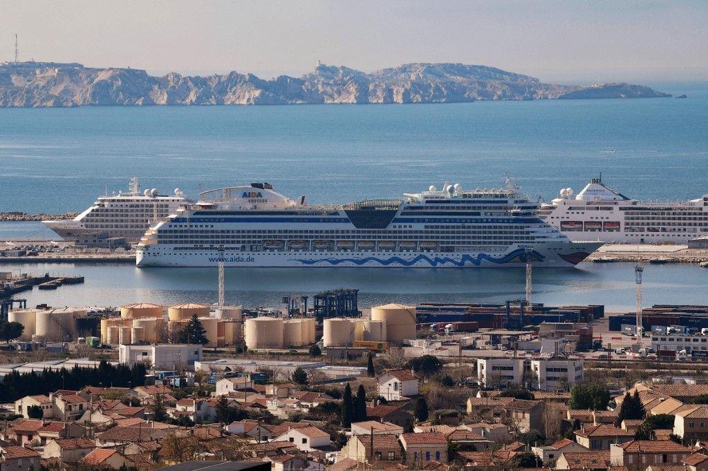 Une photo prise le 23 mars 2021 montre des bateaux de croisière amarrés dans le port de Marseille, dans le sud de la France.