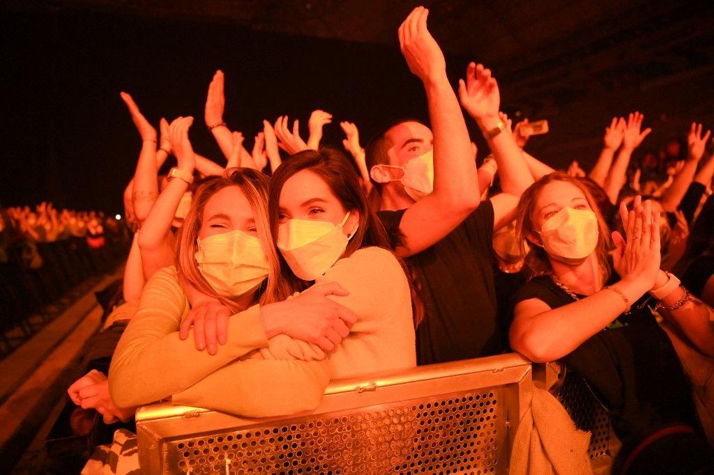 Des spectateurs assistent à un concert-test de musique rock du groupe Love of Lesbian à Barcelone le 27 mars 2021. Les participants ont passé un test, portent des masques mais la règle de distance sociale n'était pas respectée afin d'étudier la propagation du virus.