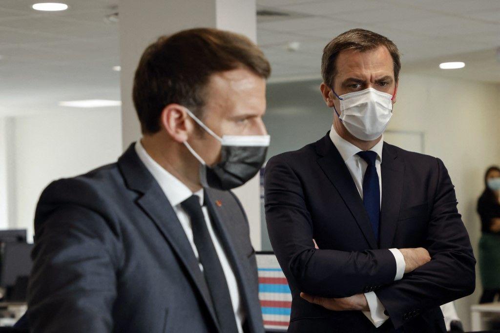 Le président Emmanuel Macron et le ministre français de la Santé, Olivier Véran, lors d'une visite d'un centre d'appel de la Sécurité sociale dédié à la vaccination contre le Covid-19, en mars 2021 à Créteil.