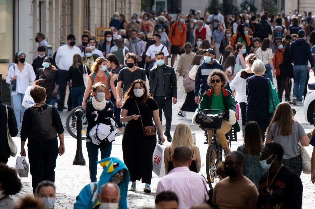Des centaines de personnes dans une rue de Nantes, le 1er avril 2021.