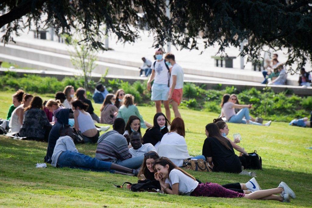 Des jeunes profitent du soleil dans un parc du centre de Nantes, le 1er avril 2021.