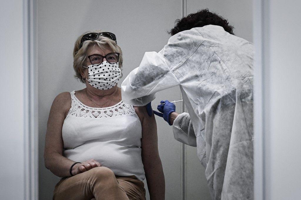 Une femme est vaccinée avec le vaccin Pfizer-BioNTech contre le coronavirus au nouveau centre de vaccination du Parc des Expositions de Bordeaux, le 8 avril 2021.