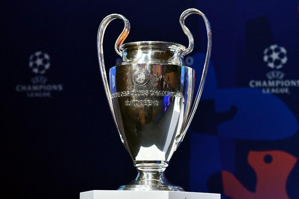 Le trophée de la Ligue des champions de l'UEFA est exposé avant le tirage au sort des quarts de finale. Le projet d'une Super League annoncé par 12 clubs a plongé le football européen dans une crise sans précédent.